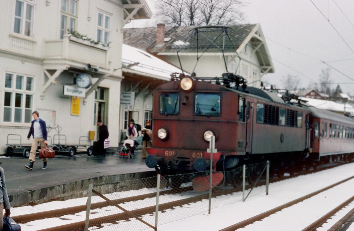 Ekspresstog 1031 Oslo Ø - Stockholm på Kongsvinger med SJ elektrisk lokomotiv type F, nr. 601.