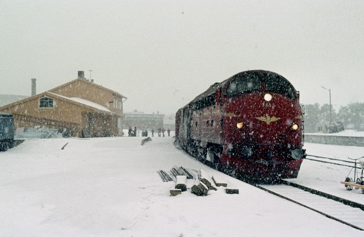 Dagtoget Oslo Ø - Trondheim over Røros, hurtigtog 301, på Os stasjon. NSB dieselelektrisk lokomotiv Di 3 612. Os i Østerdalen.