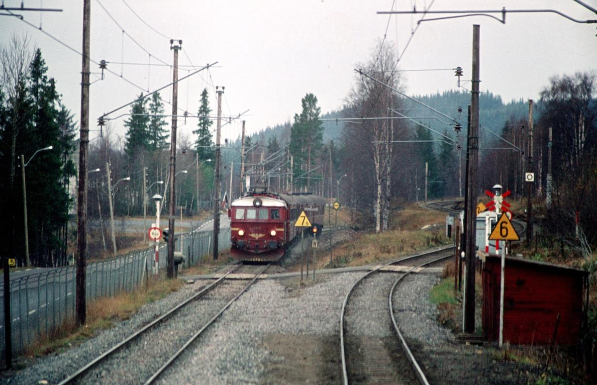 Tog 281 fra Oslo Ø ankommer Eina stasjon. Bildet er tatt fra lokomotivet som skal overta vognene til Fagernes. (Di 3). Valdresbanen går ut til høyre.