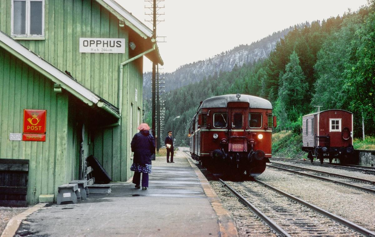 Opphus stasjon. Persontog 372, Røros - Hamar, kjører inn. NSB dieselmotorvogn type 86.