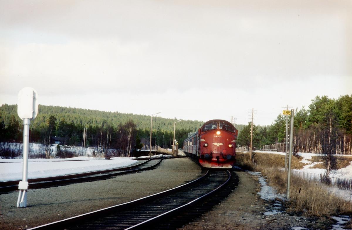 NSB dieselelektrisk lokomotiv Di3a 609 med hurtigtog 302 (Trondheim - Oslo Ø) kjører inn på Os stasjon, Os i Østerdalen. Kilometermerket viser at det er 385 km til Oslo.