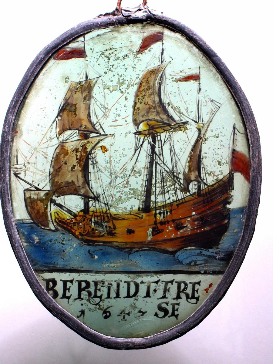 Seilskute med tre master, trukket opp med brune konturer, malt oker, blå sjø. Tre flagg og en vimpel delt horisontalt med hvitt øverst,  Rødt nederst. Nederst tekst: Berendt Frese 1643.