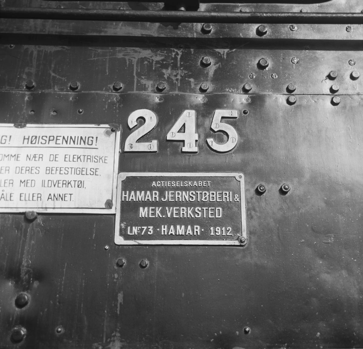 Fabrikk- og nummerskilt på damplok 18c nr. 245.