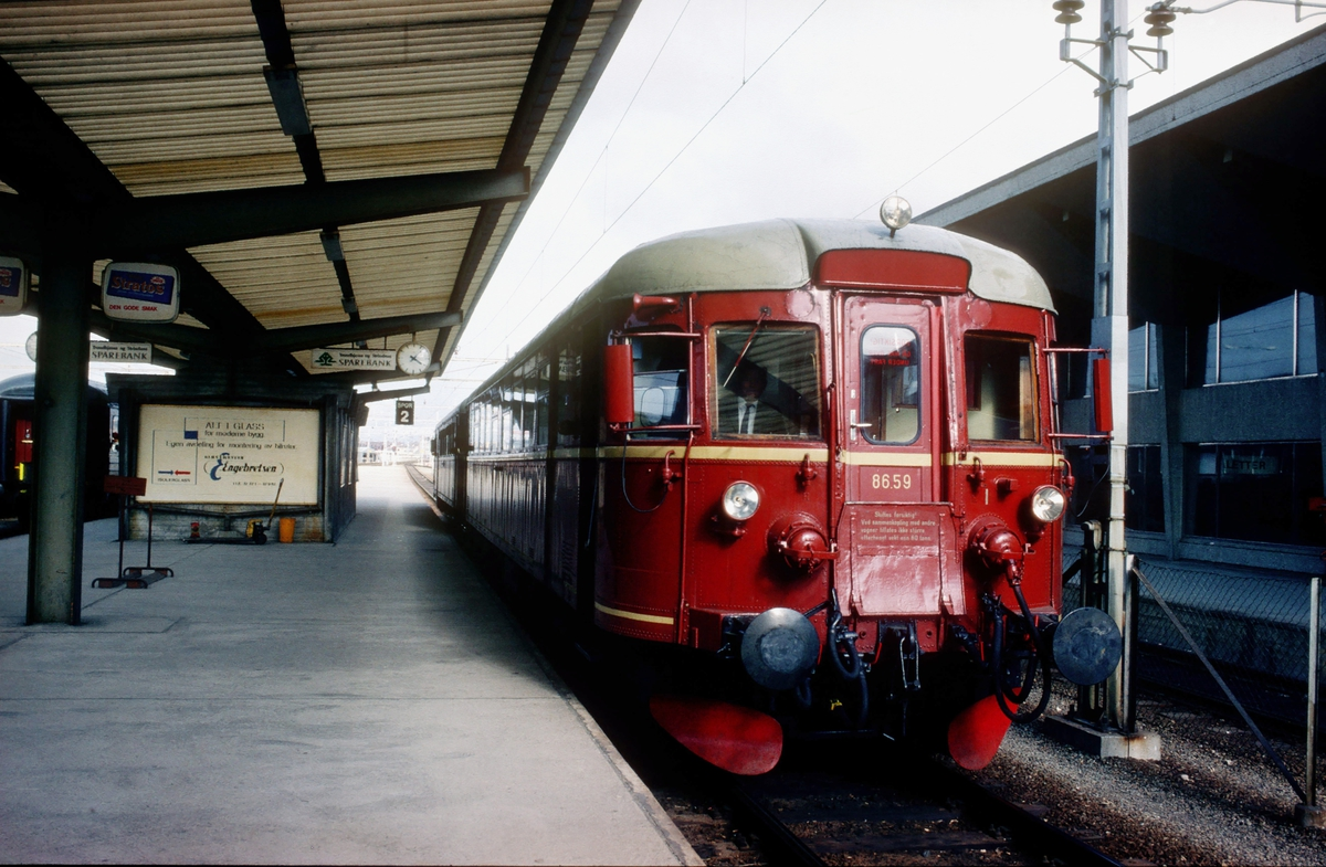 NSB dieselmotorvogn BM 86 59 på Trondheim stasjon.