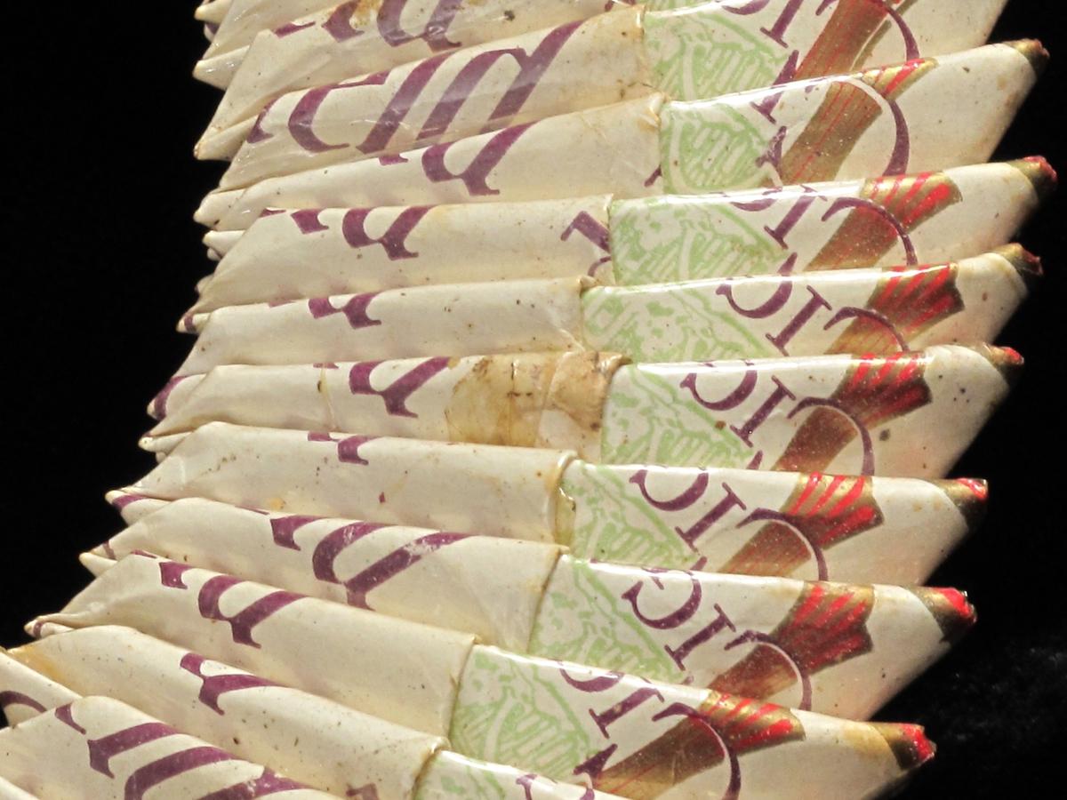 Bilderamme, frivaktsarbeid. Chesterfield   sigarettesker.  En rekke sigarettesker er brettet og  puttet i hverandre til en sirkulær ramme