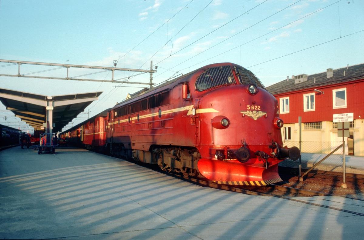 Ht 452, dagtoget fra Bodø, på Trondheim stasjon med NSB dieselelektrisk lokomotiv Di 3 622.