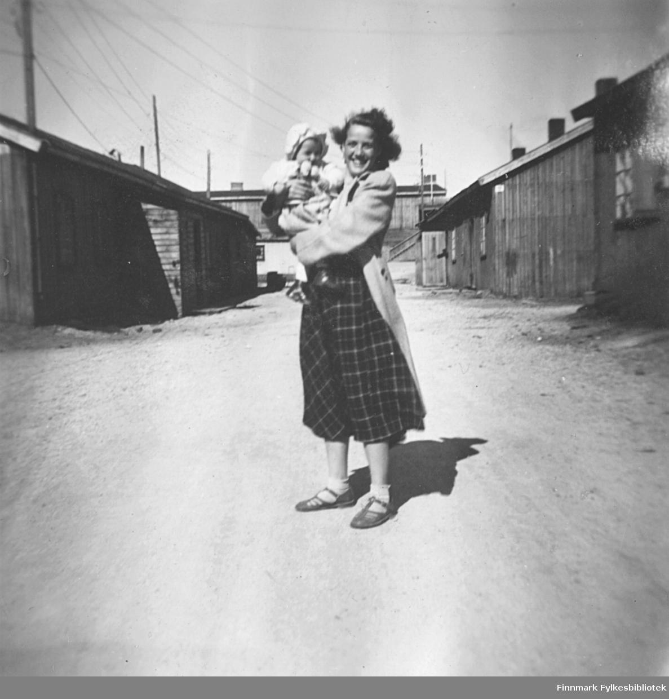 Gerd Kvam med niesen Torill Ebeltoft på armen. Bildet er tatt i brakkebyen i Vadsø sommeren 1950