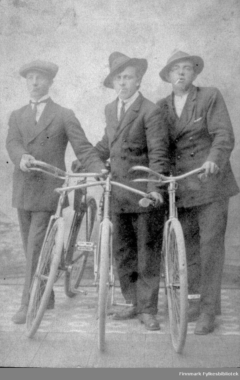 Tre unge menn med sykler og sigaretter i fotografens atelier. Fra venstre: Bjarne Haldorsen, Harry Ebeltoft og Johannes Moksnes