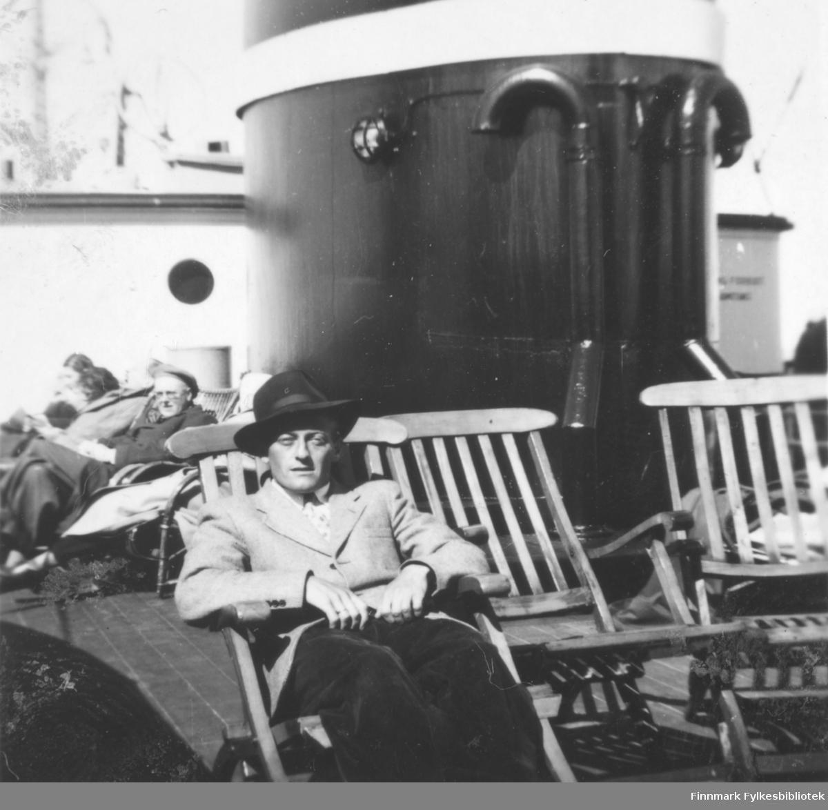 Fritz Ebeltoft på hurtigruta. I bakgrunnen den store skorsteinen på skipet