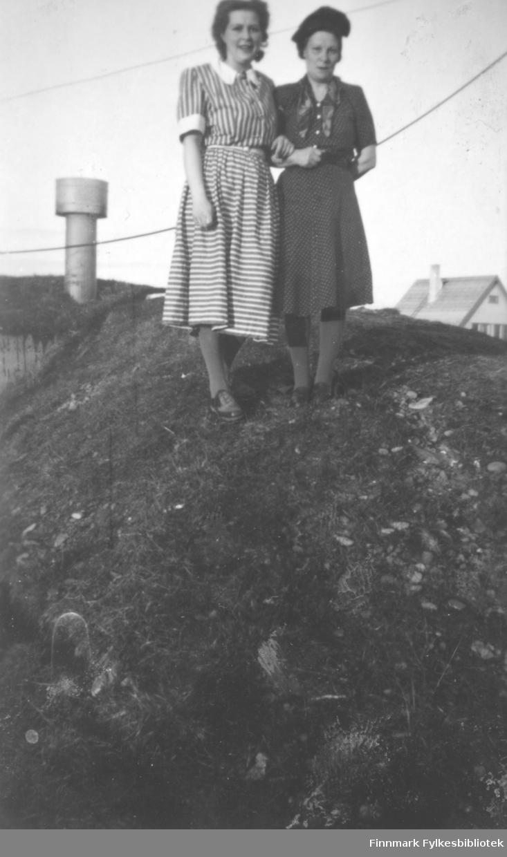 To kvinner fotografert stående på taket av en bunkers i Engstien. Fra venstre: Aud Helgesen og Alida Jørgensen