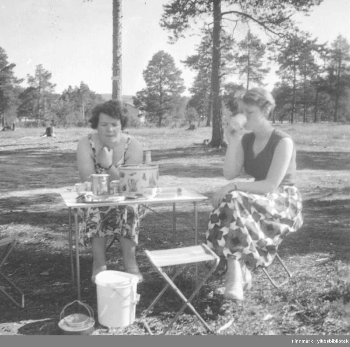 Sommeren 1958  eller 1959 var familien Ebeltoft på bilferie i Finland og Sverige med familien nye bil, en Opel Olympia, 1952-modell. Her kaffe utendørs, Ragnhild Ebeltoft til venstre og May Rognli til høyre