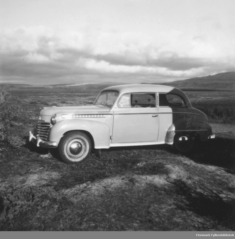 Sommeren 1958  eller 1959 var familien Ebeltoft på bilferie i Finland og Sverige med familien nye bil, en Opel Olympia, 1952-modell. Her står bilen parkert i et viddelandskap, ukjent sted