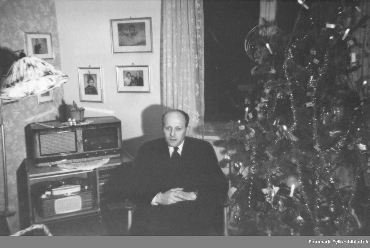 Jul, ca. 1960-1961. Fritz Ebeltoft sitter ved juletreet, i bakgrunnen et radiokabinett med platespiller