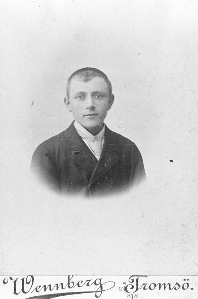 Halvkroppsportrett av en ung mann, Albert Marinius Johnsen.