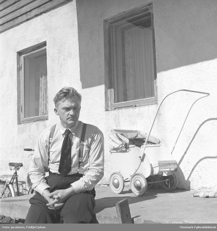 Fridtjof Jacobsen fotografert utenfor et hus, kan være familiens hus i Storvannsveien