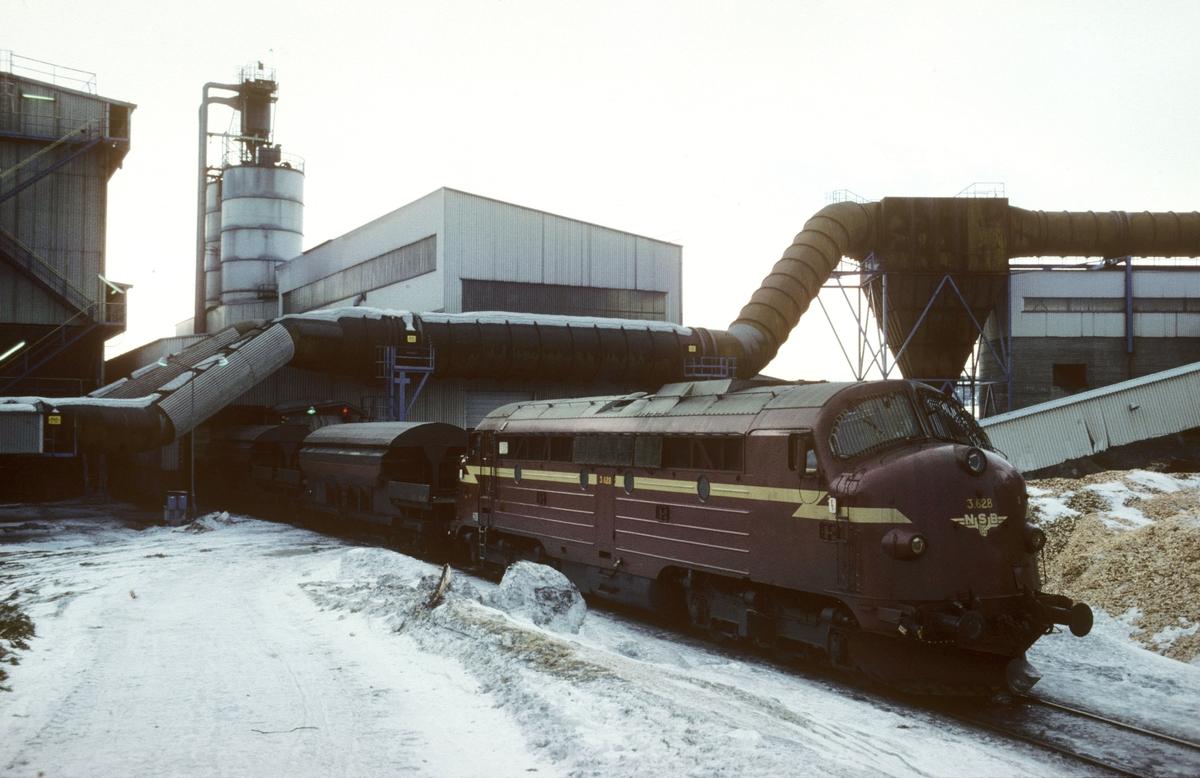 Kopperåkippen skifter på Meråker smelteverk, Kopperå. Kopperåkippen var et godstog som gikk mellom smelteverkets havn i Muruvik og Kopperå, med råvarer opp og ferdige produkter tilbake.