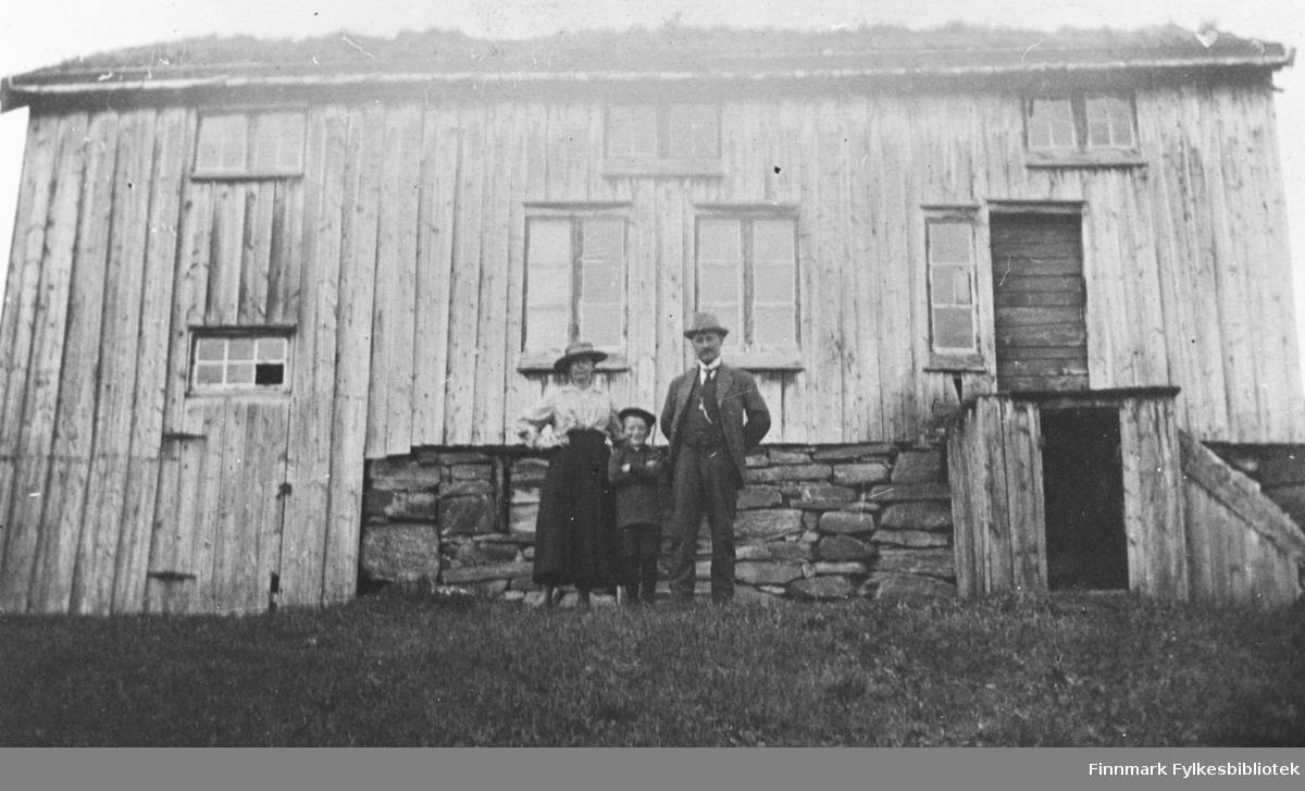 Utenfor familien Bettens hus på Nordmøre. Fra venstre: Sofie, Arnfinn, John Betten. B 5550