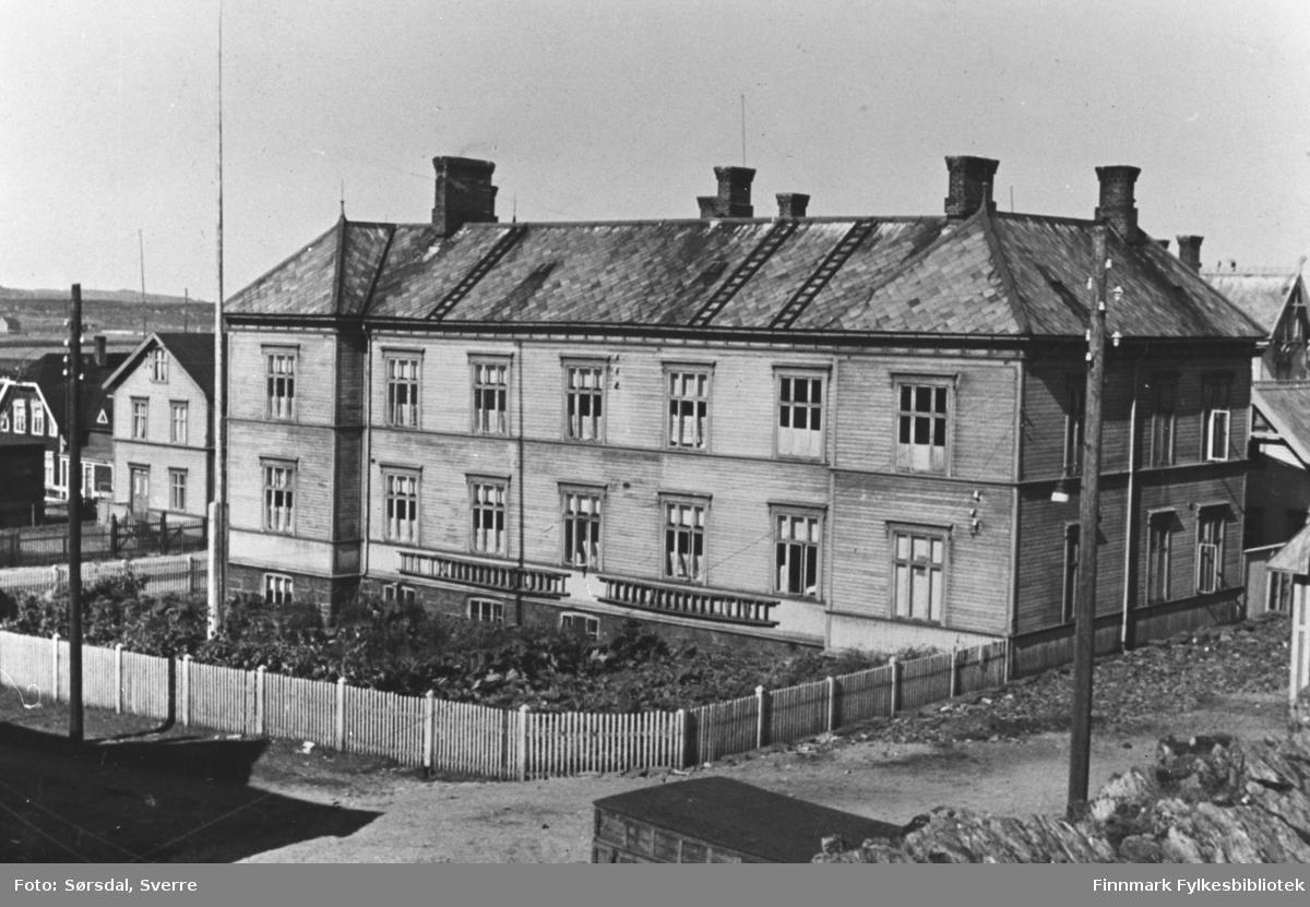 Vardø sykehus 1934. Det går et gjerde rundt forsida av sykehuset.