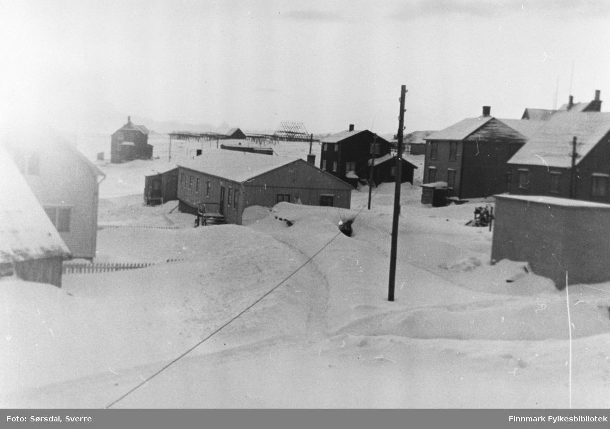 Bildet av hus i Vardø. Trehus. Det er vinter og snø.