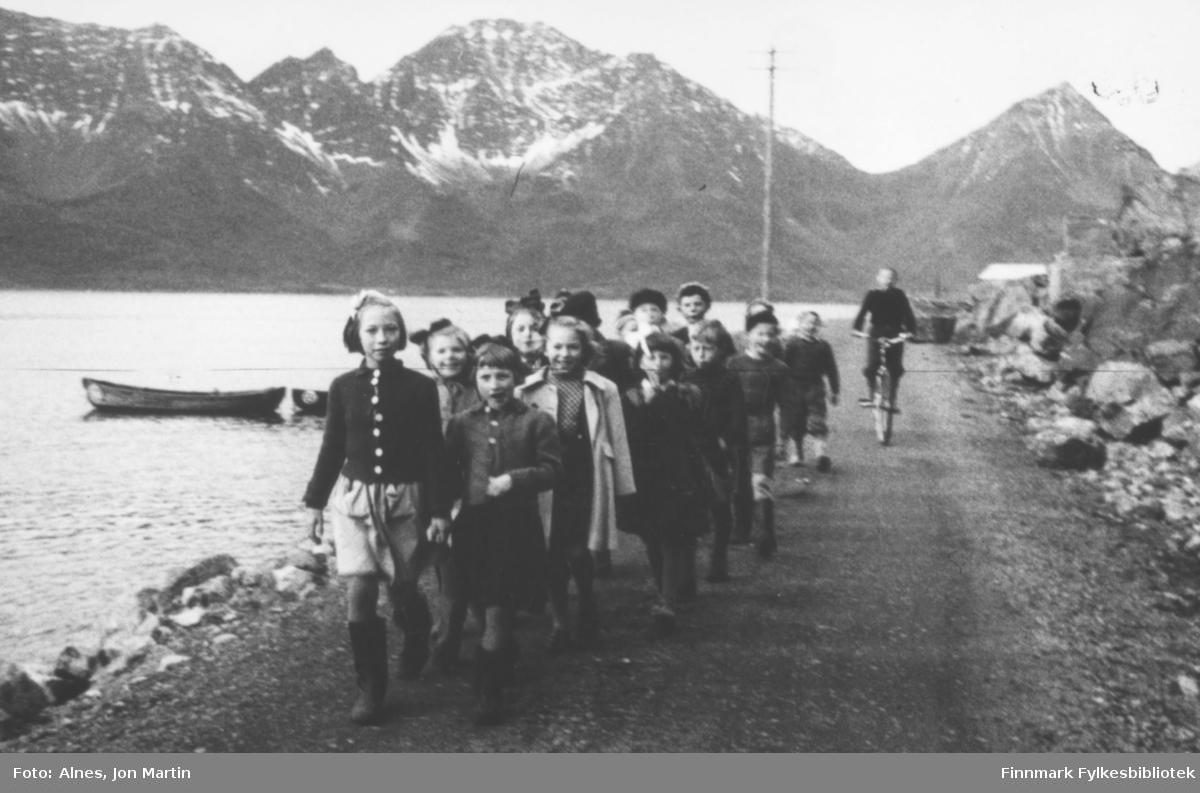 3. klasse, Øksfjord barneskole, på tur gjennom Vassdalsura, høsten 1953