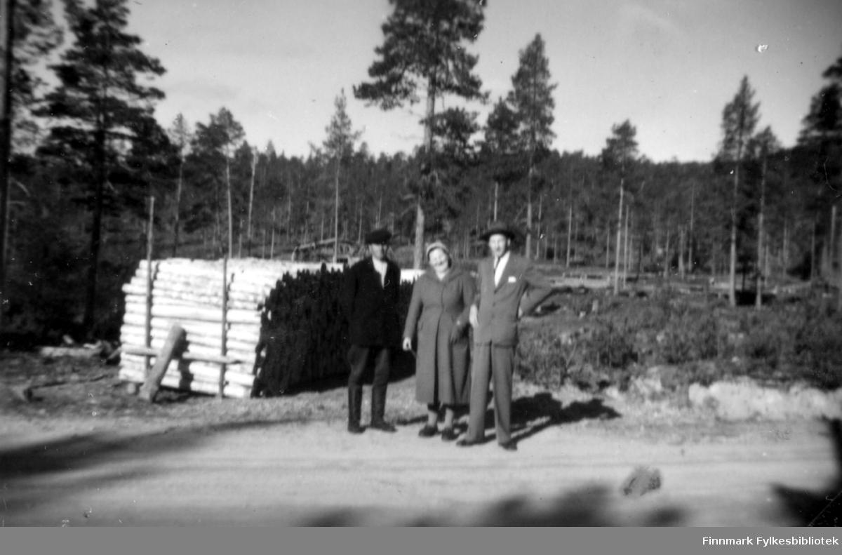 Fotografi av to menn og en kvinne som står på en grusveg. Fra venstre Tapiainen, Hilma Ananin og Abraham Randa