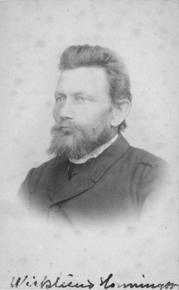 Portrett av en mann, Christian Jacobi Wicklund. Han var gift med Anna Margrethe, f. Ulich, og far til Ragna Wicklund. Wicklund var handelsbetjent, handelsfaktor og en tid bakermester i Hammerfest. Bosatt i Honningsvåg fra ca. 1887