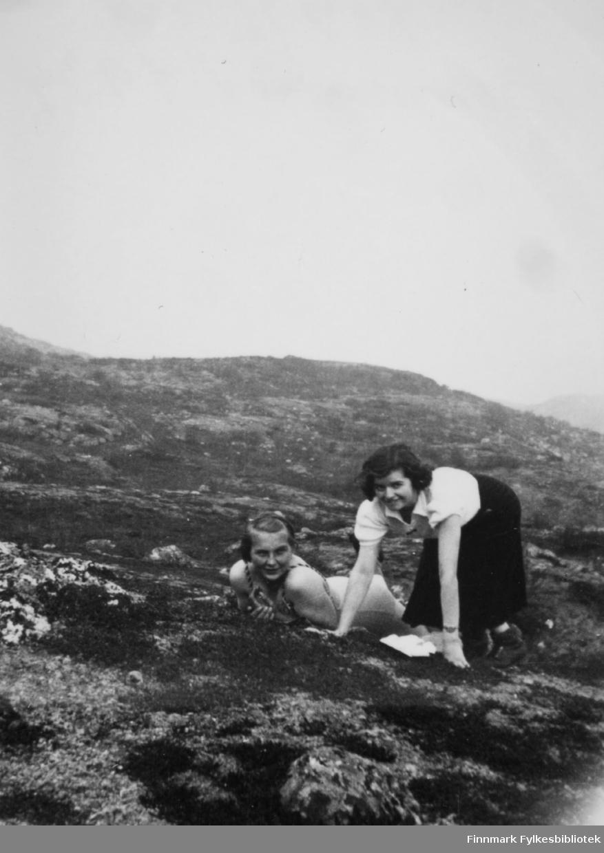 Ella Gunnari og Solveig Evanger nyter sommeren i Bugøyfjord