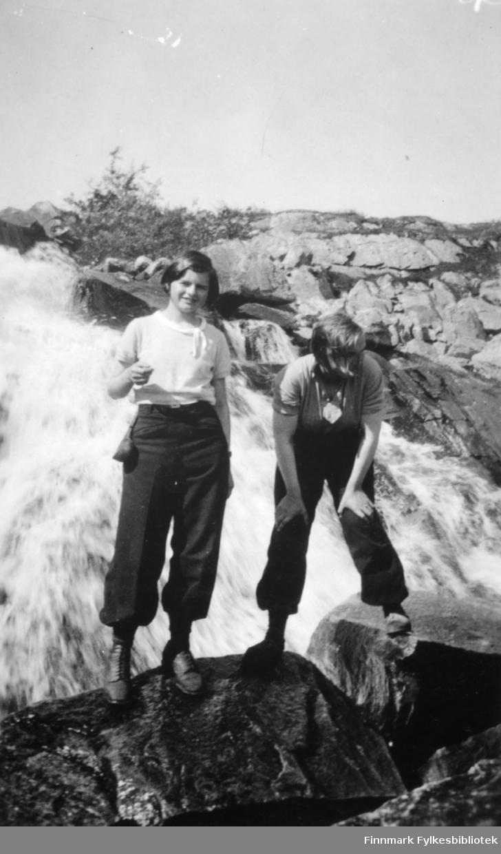Solveig Evanger og Ella Gunnari på tur til fossen ovenfor Fosshytta i Bugøyfjord, sommeren 1934