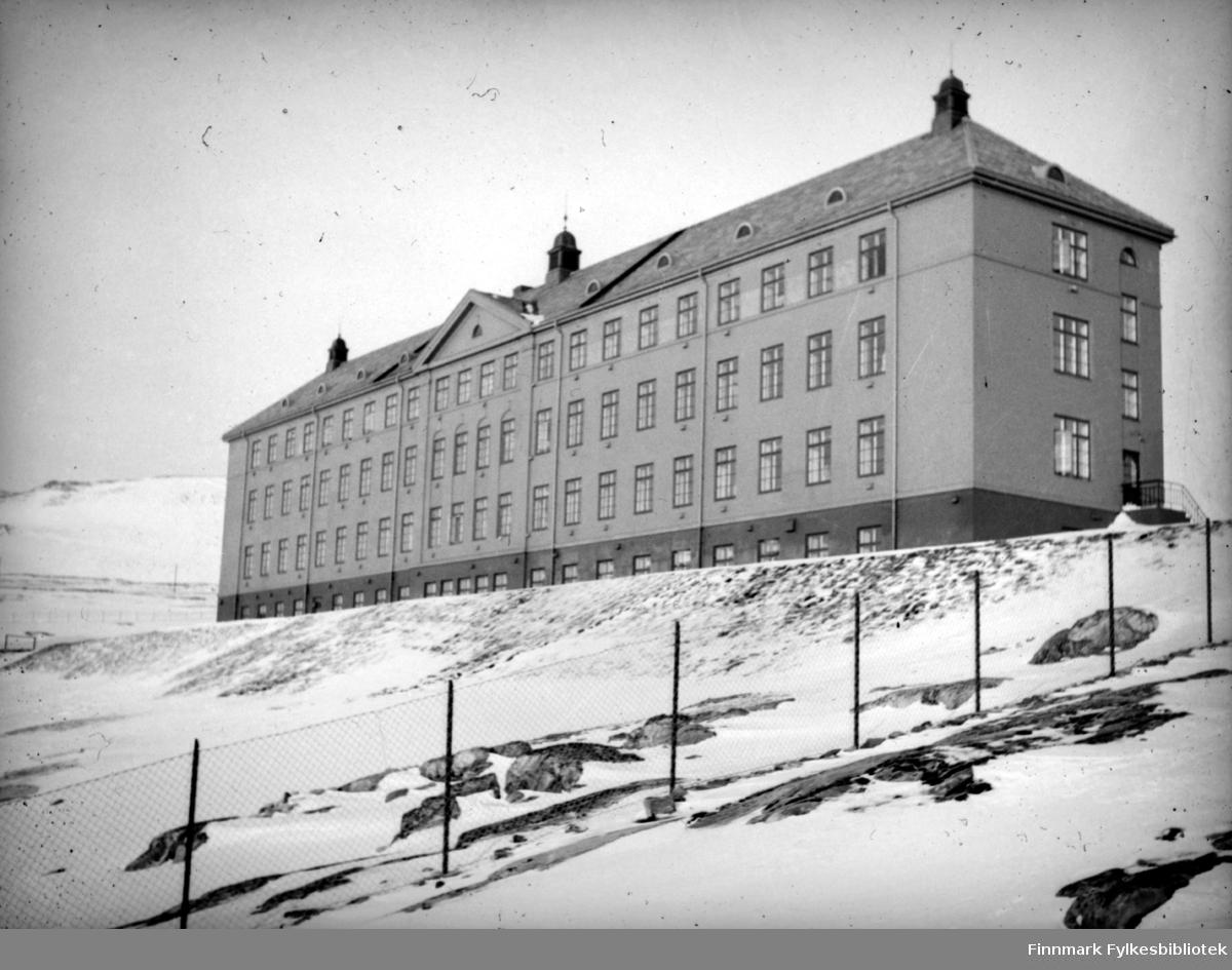 Sykehuset i Hammerfest. I 1926 sto det første sykehuset på Fuglenes ferdig. Det var plassert omtrent der dagens sykehus er plassert. Sykehuset kom i drift i 1929, men ble bombet og totalt ødelagt under andre verdenskrig.