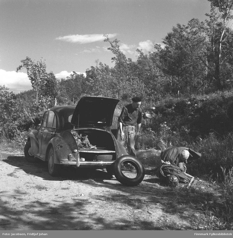 Alf Edvard Jacobsen på tur med sin bil Morris, som kom først i 1959, og var mindre og temmelig firkantet. Denne modellen heter Morris Minor 1000. Stedet er ukjent.