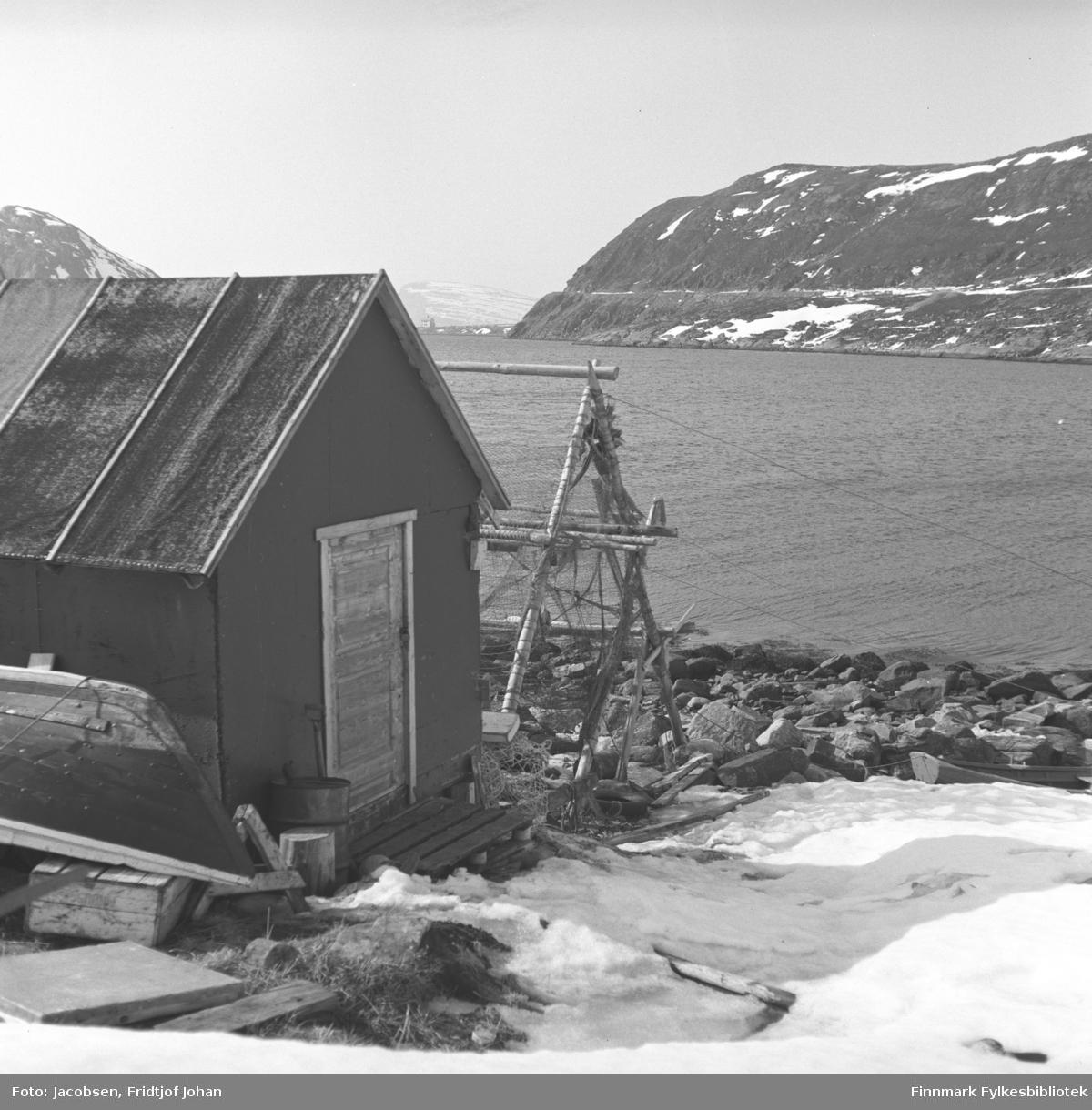 Sjøbua til Lande, fornavn ukjent, i Rypefjord. Rypefjell med Rypklubbveien ses på andre siden av fjorden.