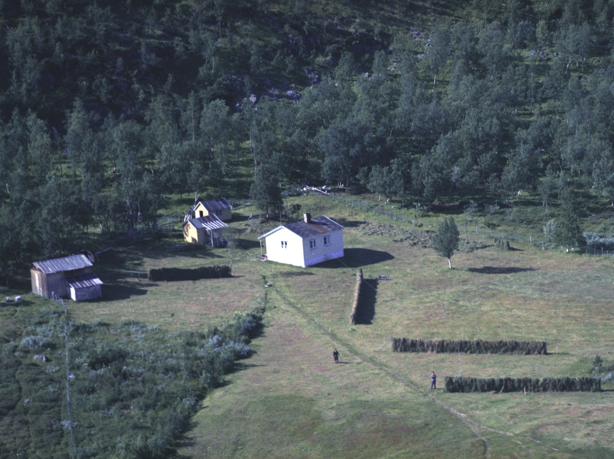 Flyfoto fra Kunes. Negativ nr. 122668.     Fargekopi finnes i arkivet.