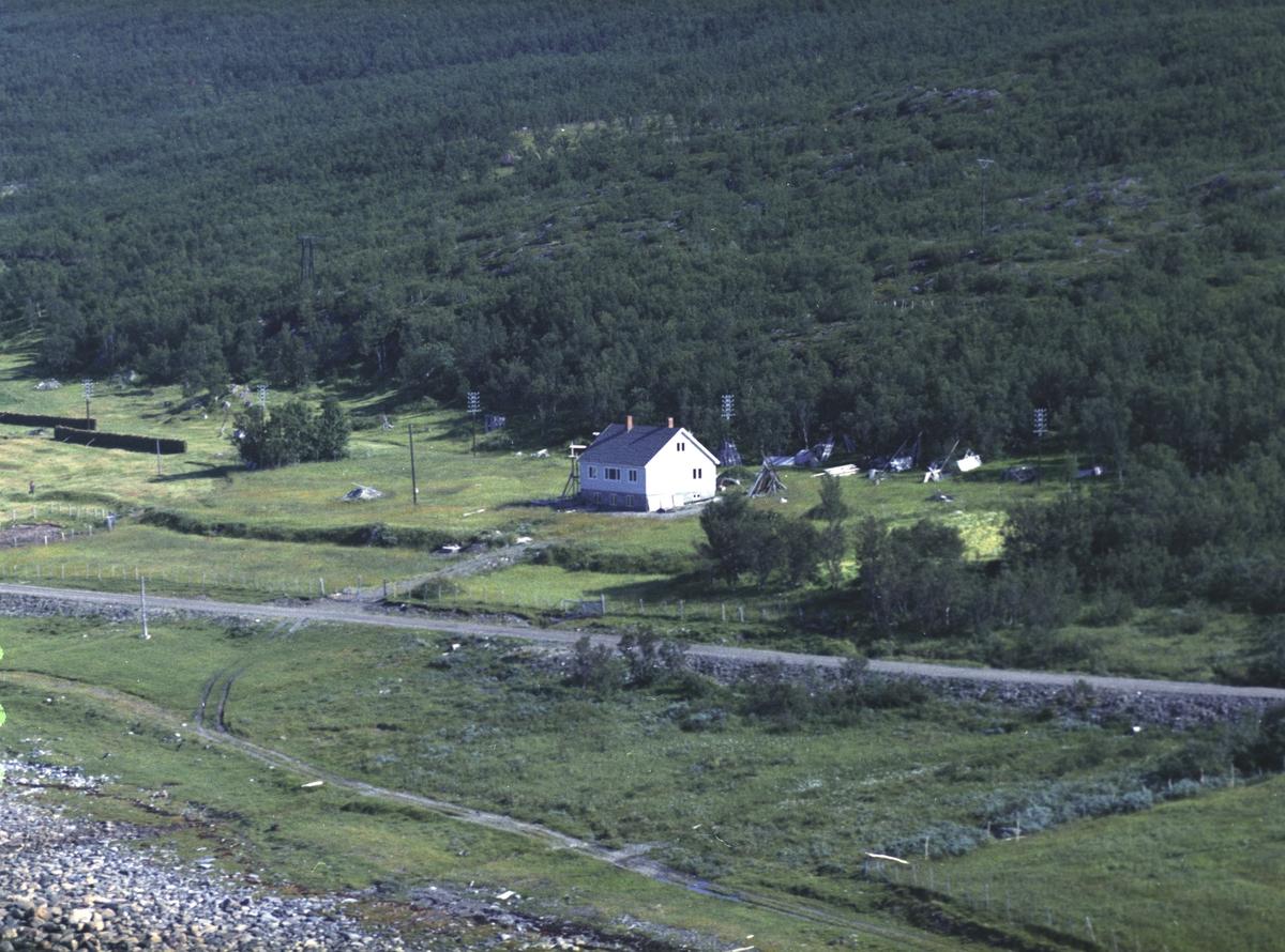 Flyfoto fra Lebesby. Negativ nr. 122703. Huset tilhører Nancy Moilanen fra Lebesby.