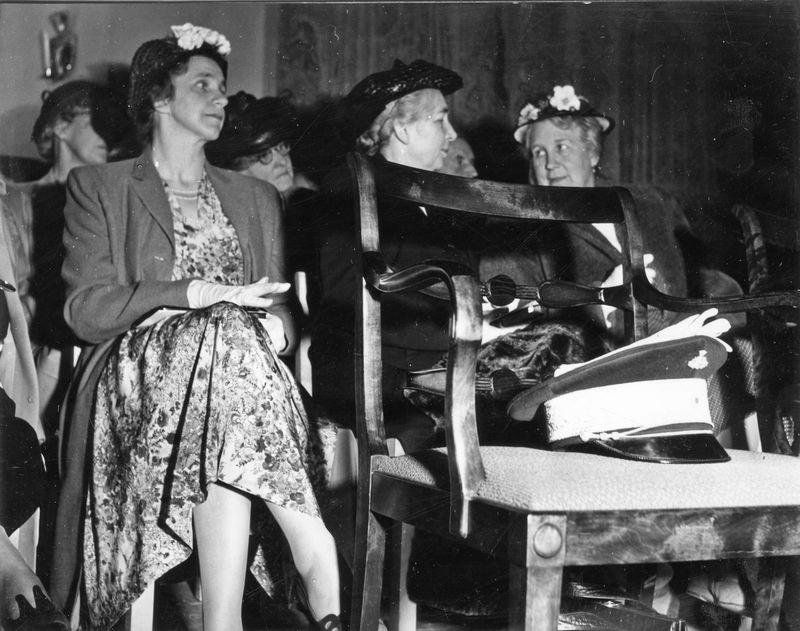 Wargöns AB.  Från jubileumsdagen, (75 år) söndagen den 19 juni 1949. Fru de Verdier och Biskopinnan.