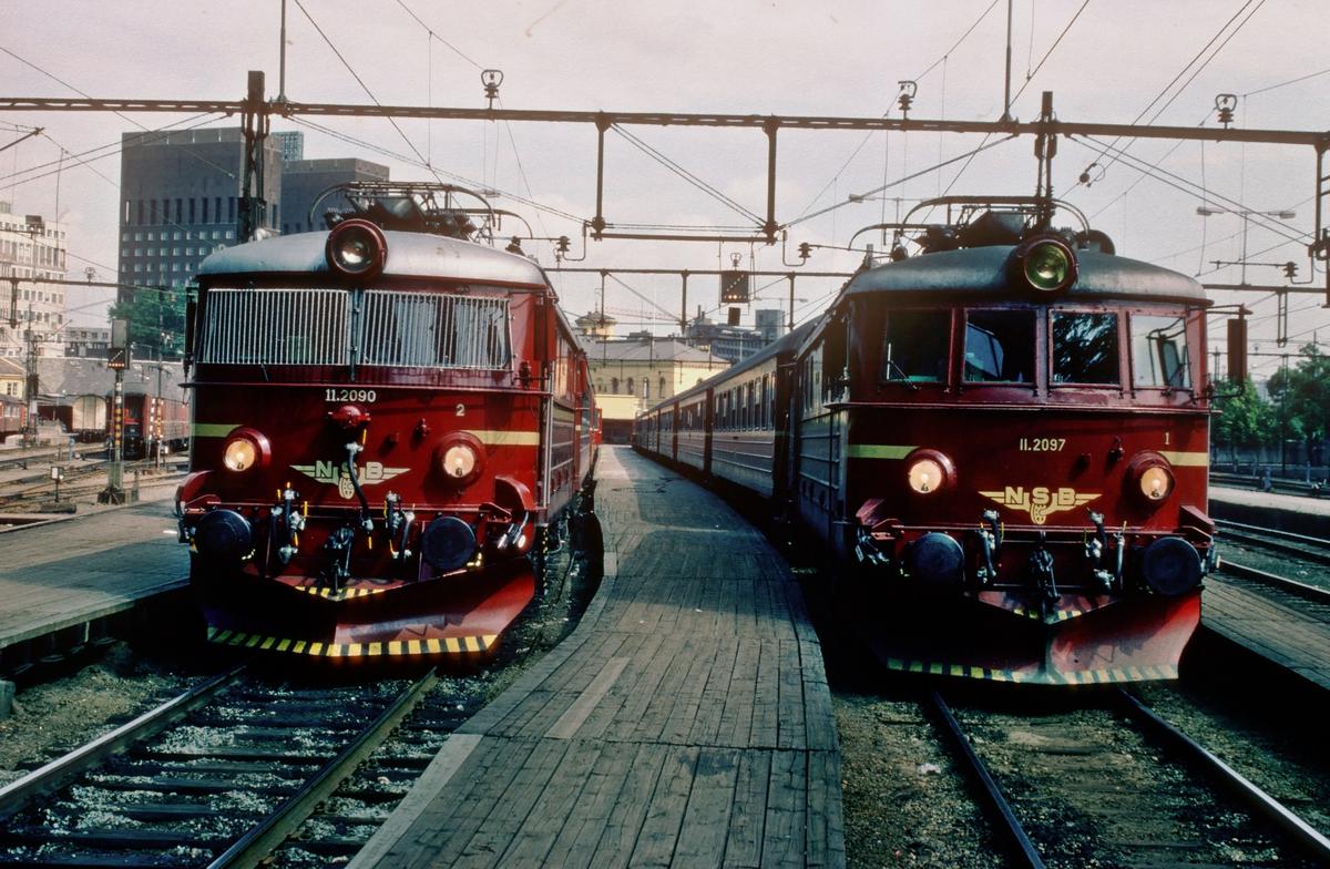To persontog på Oslo Vestbanestasjon trukket av NSB elektrisk lokomotiv El 11 2090 og 2097.