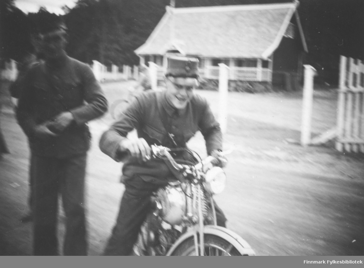 Ivrig soldat på motorsykkel - innskrift i album: Johannes