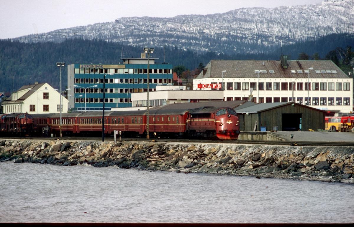 Sørgående daghurtigtog kjører ut fra Mo i Rana stasjon med NSB dieselelektrisk lokomotiv Di 3 623