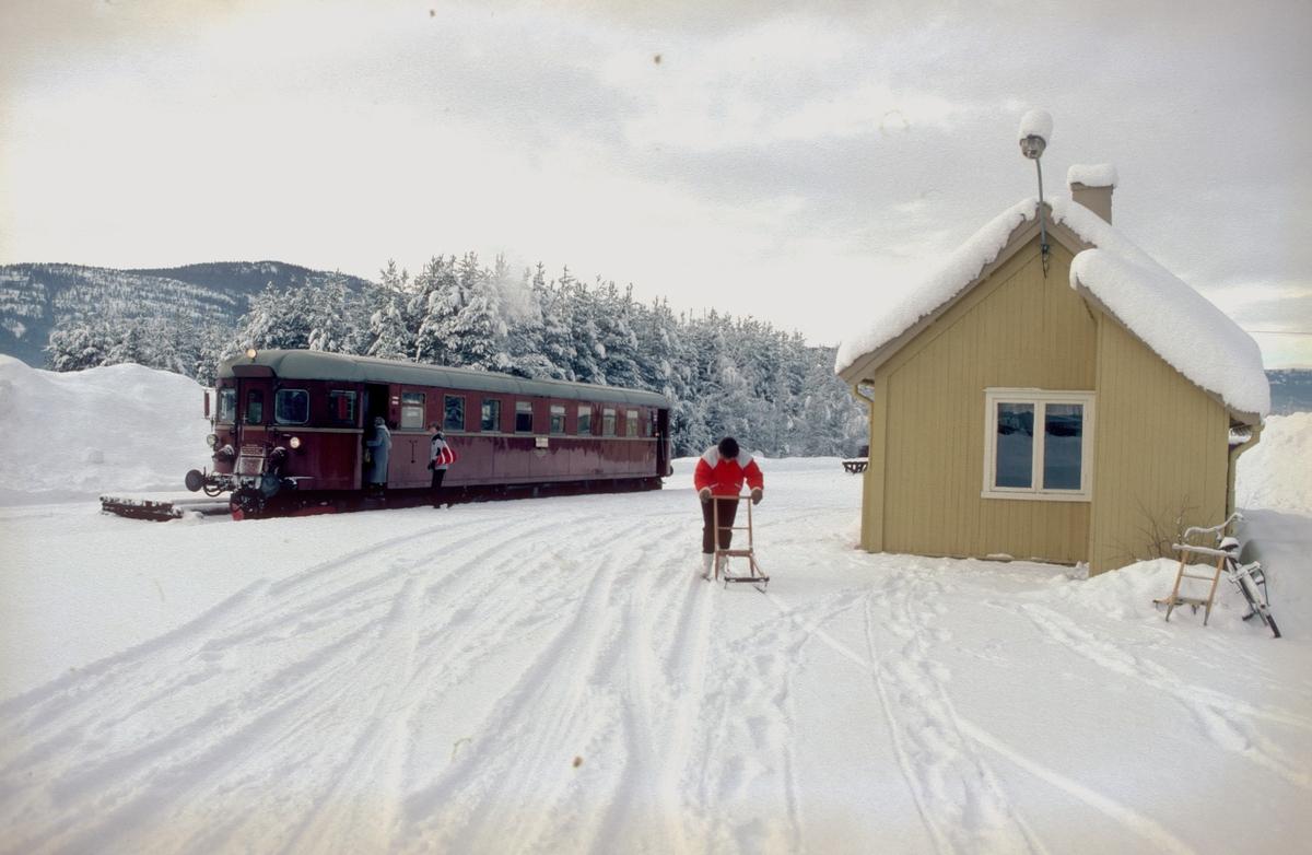 Flesberg stasjon. Persontog fra Rødberg til Kongsberg har stoppet, og en reisende har tatt sparkstøttingen fatt. Motorvogn BM 91 01.