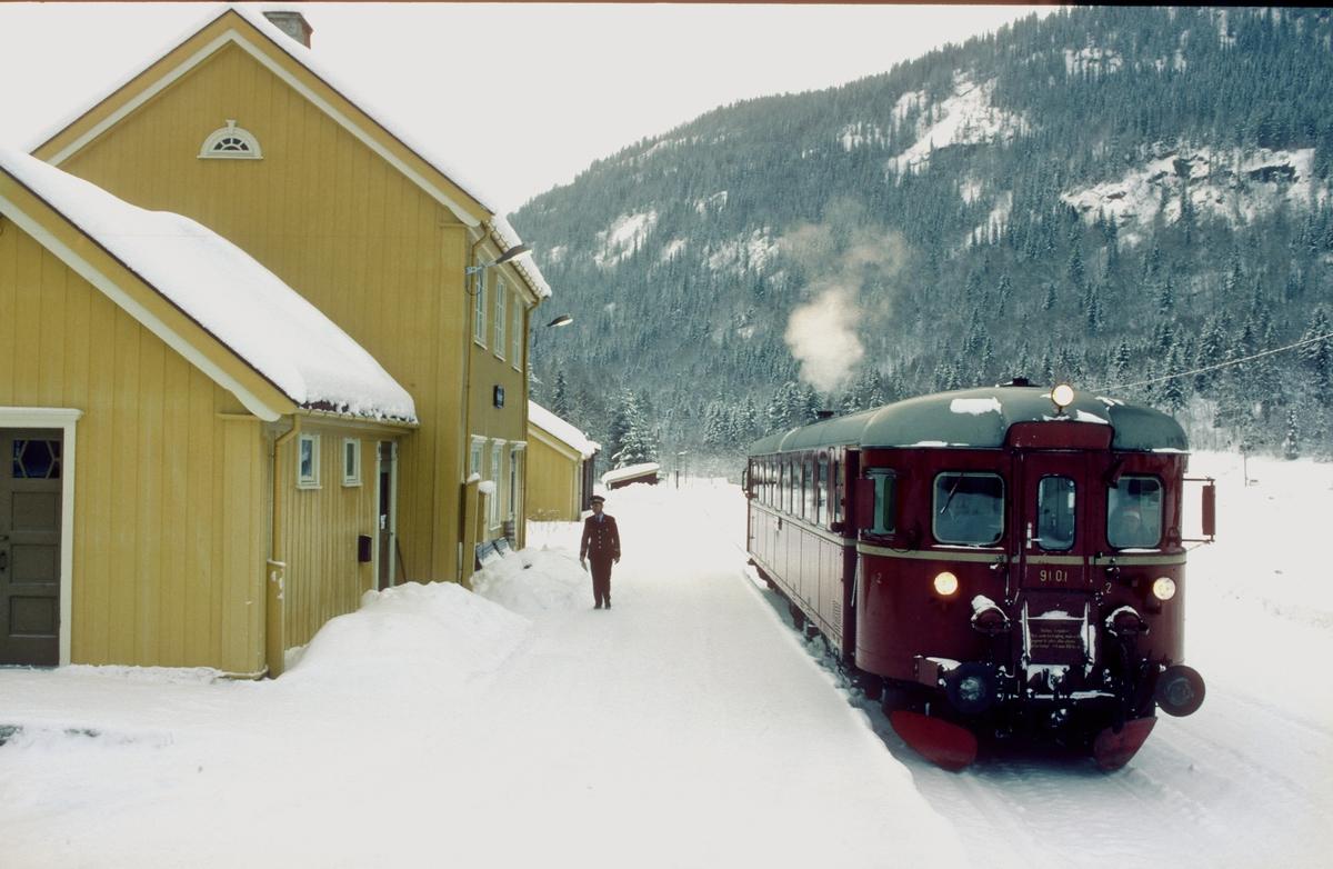 Persontog til Rødberg på Norefjord. Motorvogn BM 91 01.