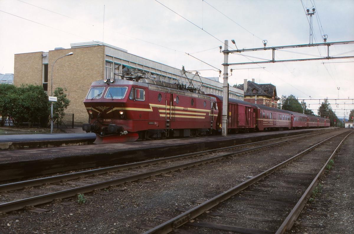 Ekspresstog til Trondheim på Lillehammer stasjon med El 16 2207.