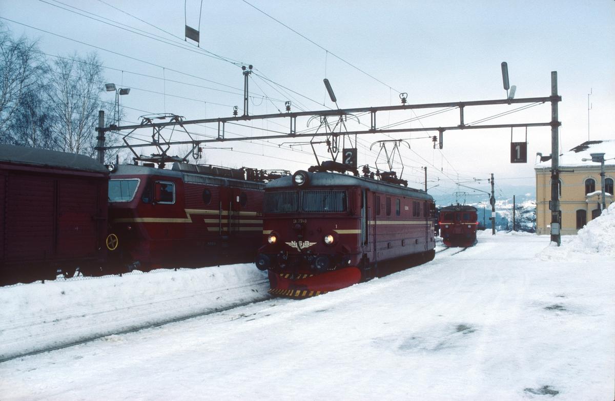 Hønefoss stasjon med godstog 5502 (Bergen - Alnabru), løslok til Roa og Kalvsjøblakken (persontoget til Roa).