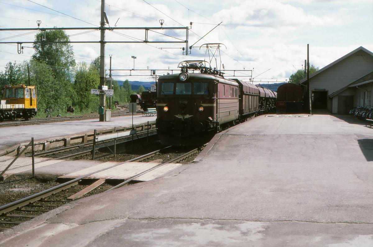 NSB godstog med lokomotiv type El 13 på Kongsvinger stasjon.
