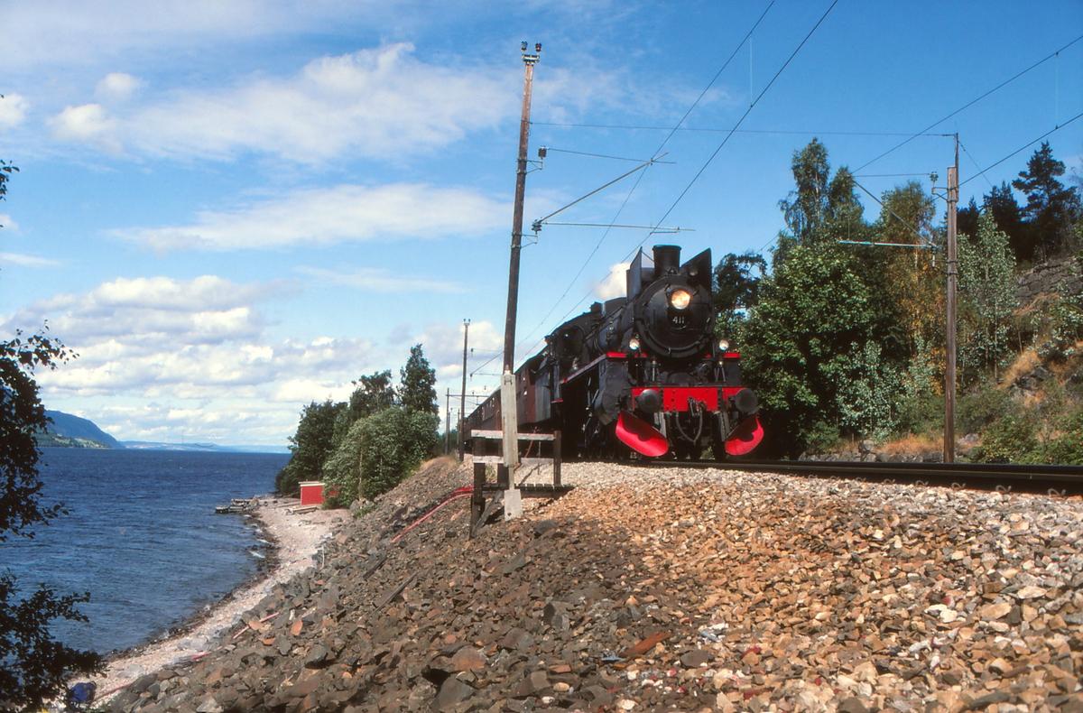 Damplokomotiv 26c 411 fyller vann fra Mjøsa i Morskogen stasjon.