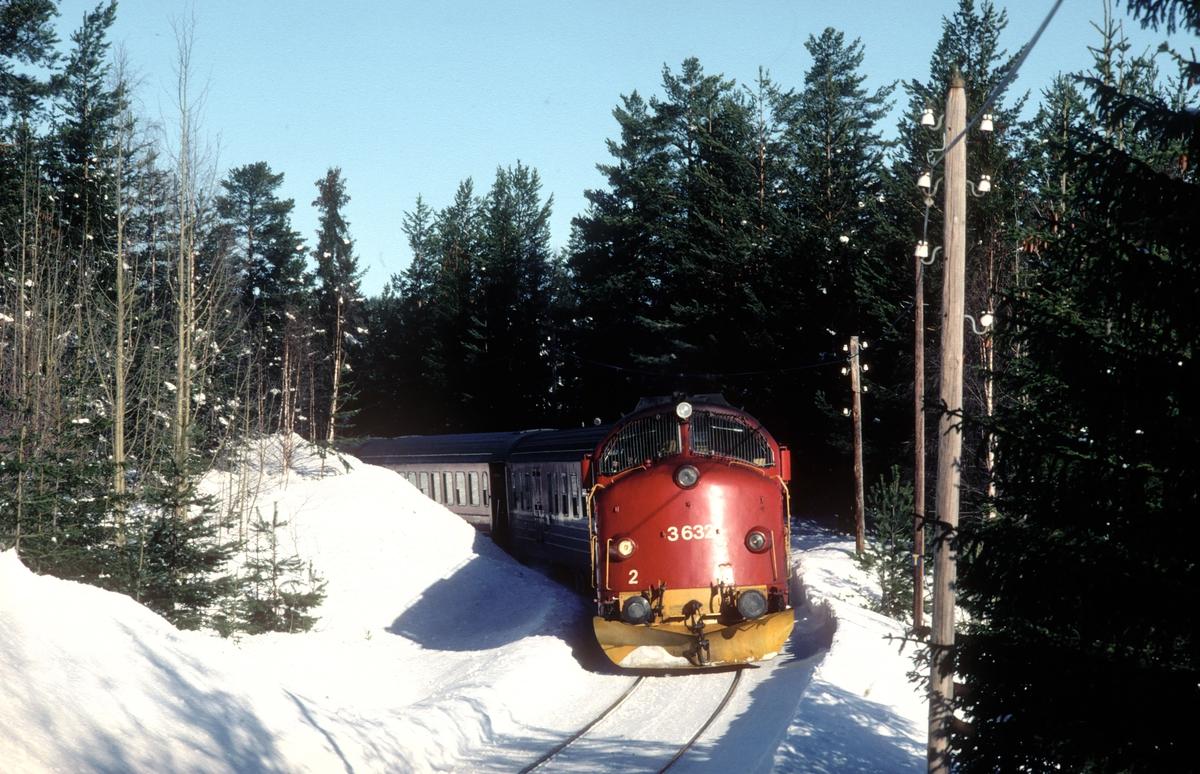Persontog 284 (Fagernes - Oslo S) på Valdresbanen ved Trevatn. NSB dieselelekrisk lokomotiv Di 3 632.
