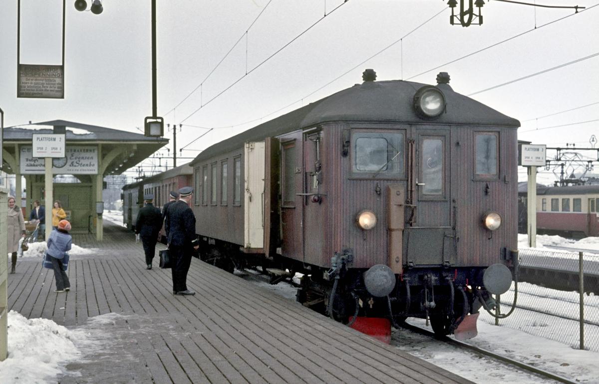 """Persontog fra Eidsvoll til Oslo Ø på Lillestrøm stasjon spor 3. Elektrisk motorvognsett type 65/67. Styrevogn BFS 65 """"Ubåt"""". Personalavløsning. Til høyre kan man se en del av motorvogn BM 67 03."""