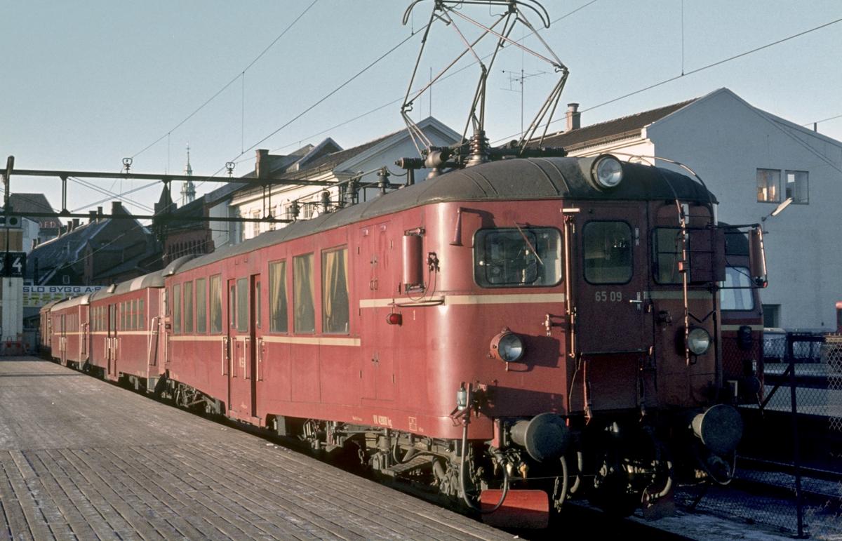 Lokaltog med motorvognsett type 65 på Oslo Ø