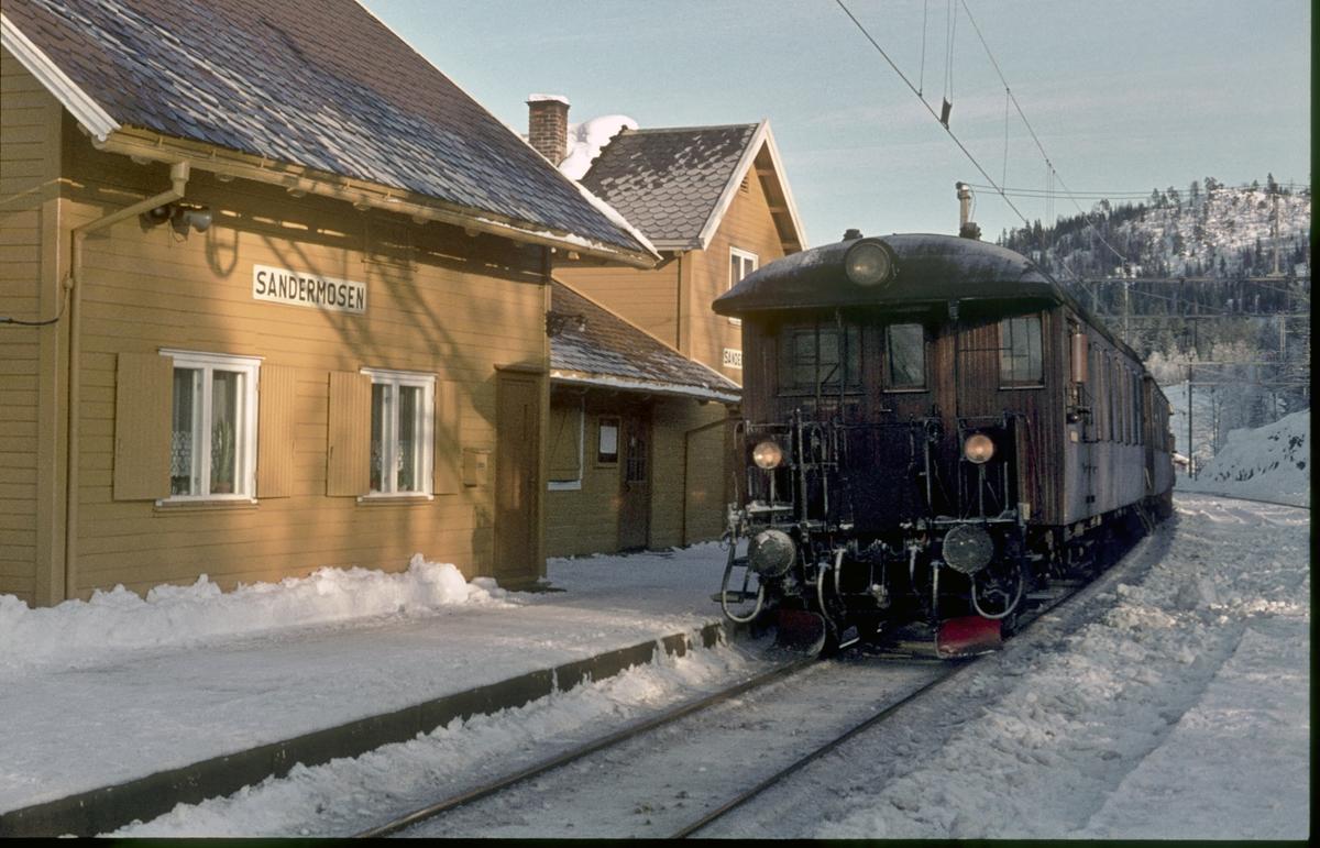 Lokaltog fra Hakadal kjører inn på Sandermosen stasjon. Styrevogn type BFS 65.