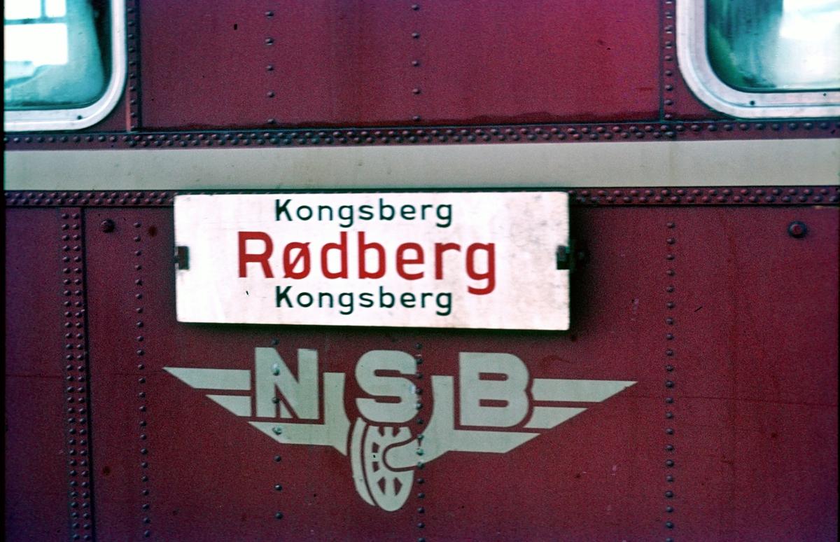 Destinasjonsskilt på tog på Numedalsbanen. Kongsberg - Rødberg - Kongsberg