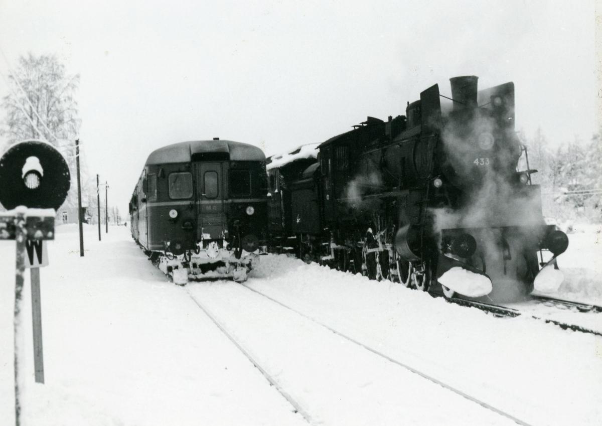 Kryssing mellom godstog og persontog på Grinder stasjon på Solørbanen. Damplok 26c nr. 433 og motorvogn Bmdo 86.15.