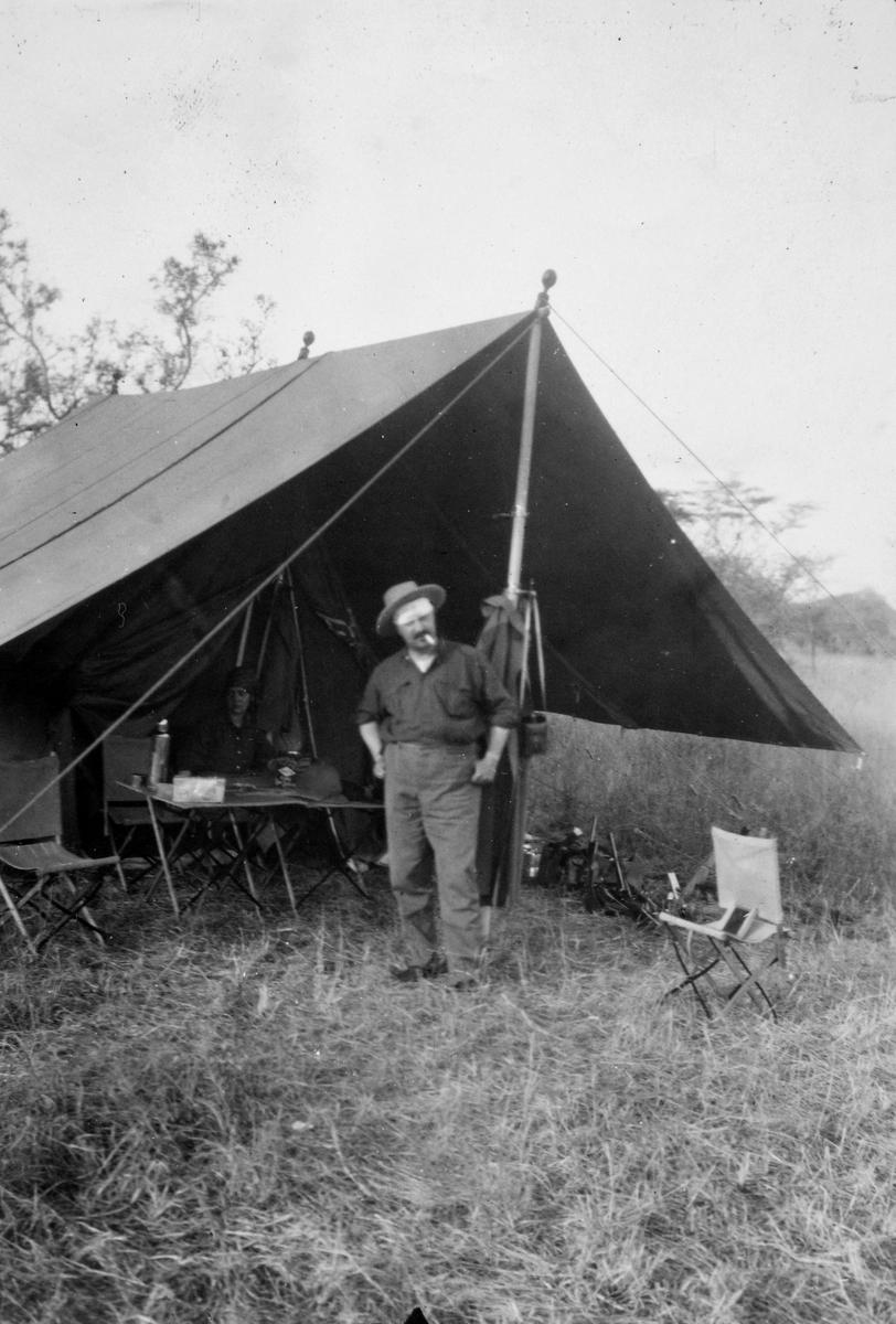 Christian Thams på savannen i Kenya/Tanzania. Matty Christiansen i teltet.